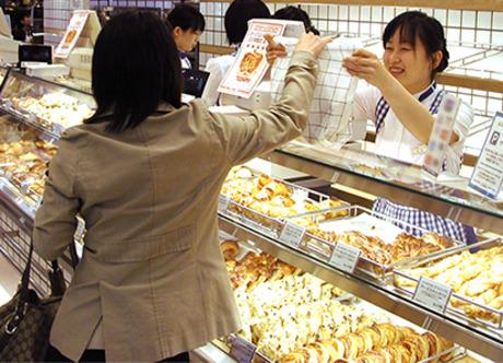 美味しいパンをお客様にご提供!パンの販売スタッフを募集します。あなたの都合に合わせて働けますよ